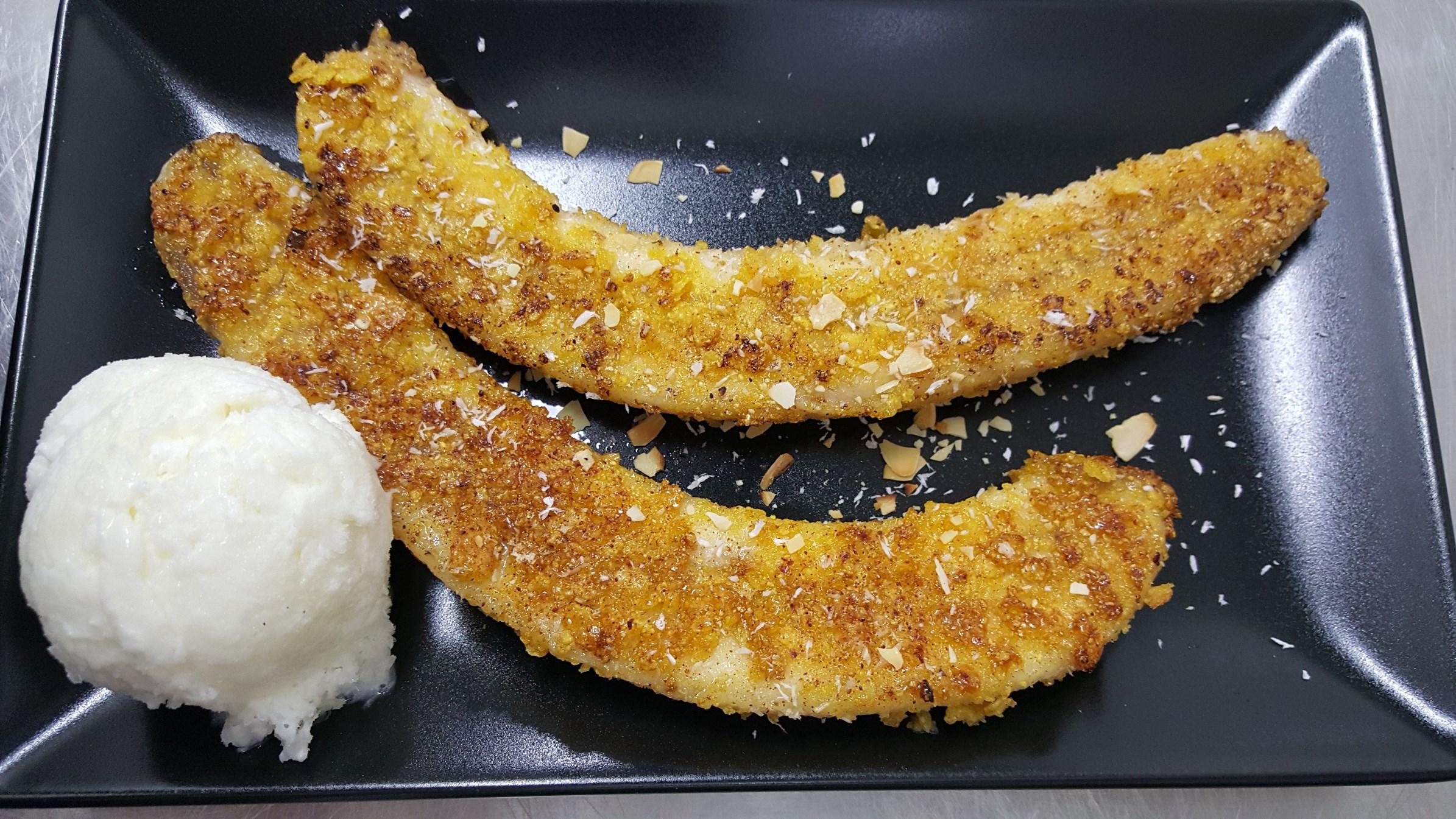 КЛУЙ ТОД - Пържен банан с мед, кокосови стърготини, сервиран със сладолед