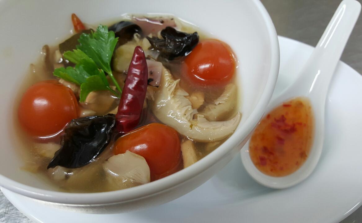 ТОМ ЙЪМ ГАЙ - най-популярната тайландска супа - вариант с пиле, съдържа още гъби, лимонена трева, екзотични подправки, с пикантен и ароматен вкус