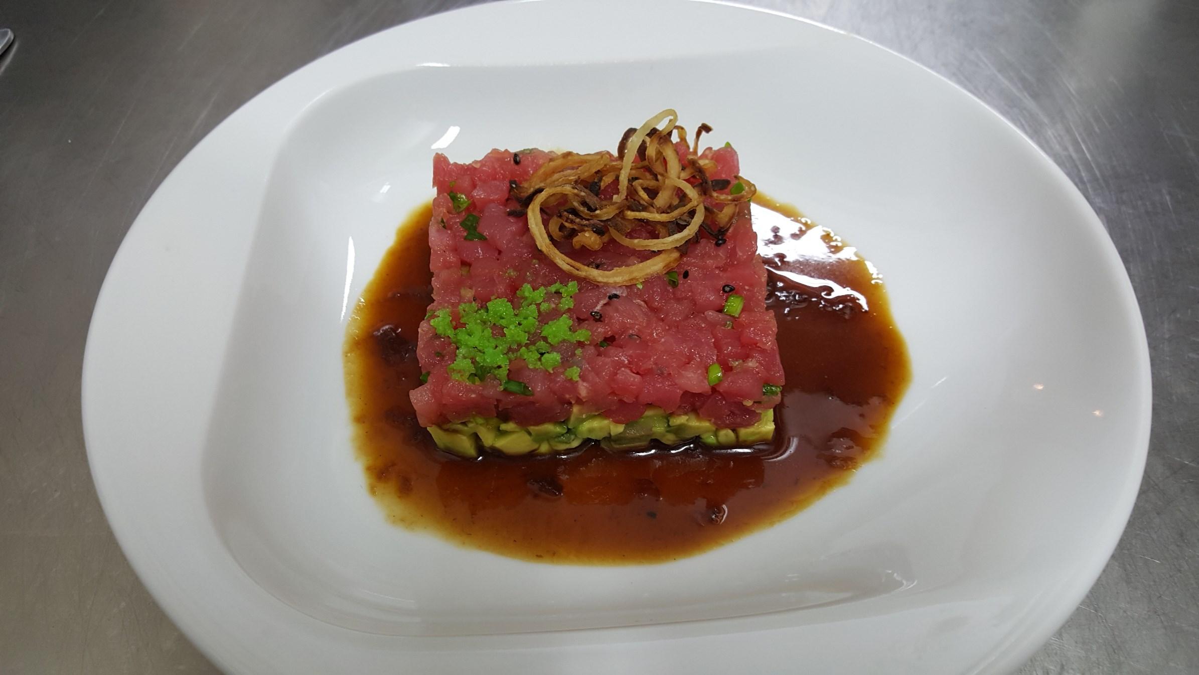 ТАРТАР ТУНА - фино нарязани кубчета сурова туна с авокадо и подправки